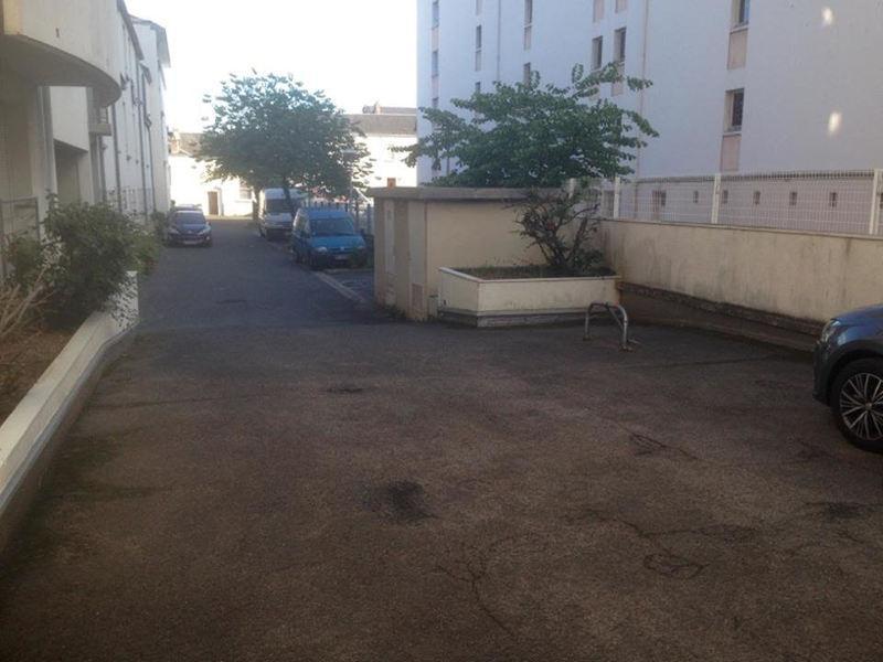 location de parking tours 17 rue paul eluard. Black Bedroom Furniture Sets. Home Design Ideas