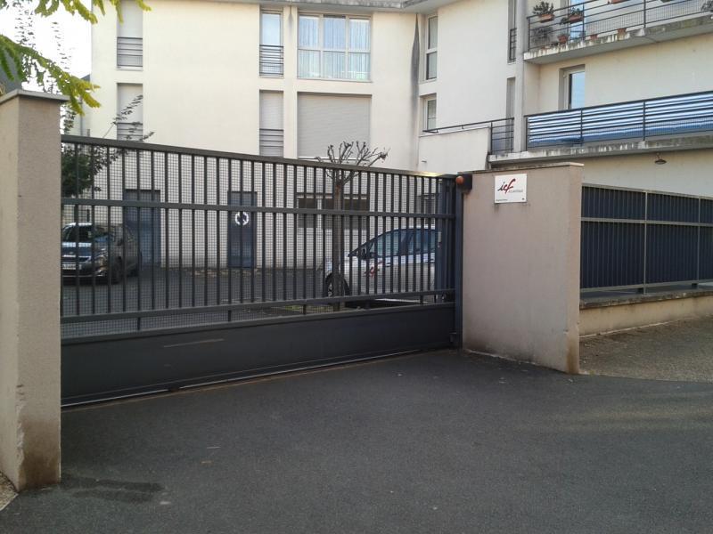 place de parking louer tours 16 rue henri barbusse. Black Bedroom Furniture Sets. Home Design Ideas