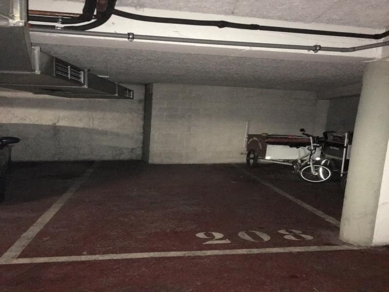 place de parking vendre paris 75007 145 rue de l 39 universit. Black Bedroom Furniture Sets. Home Design Ideas